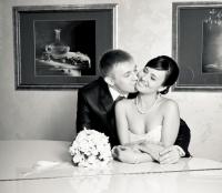 Жених целует невесту у рояля