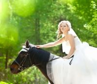 Невеста на лошади