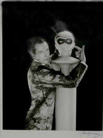 Сесил Битон с маской