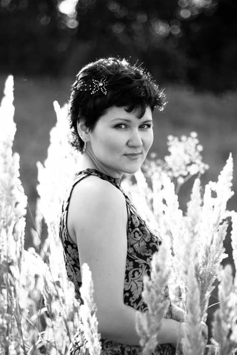 Черно-белый портрет на природе