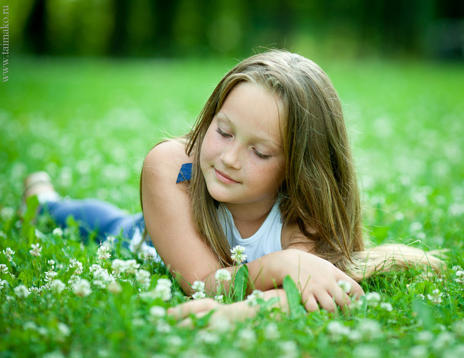 Фотосессия лежа в траве