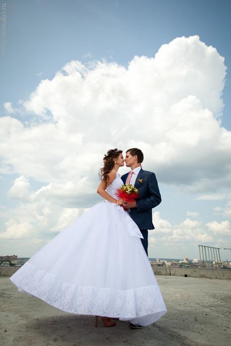Свадебная фотосессия на фоне неба
