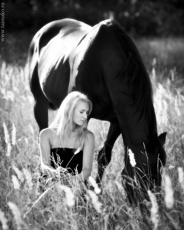 Юлия занимается с лошадьми уже более 10 лет, потому она так непринужденно и естественно позирует со своим любимцем. Если вы собираетесь на фотосессию с лошадьми, а сами вблизи даже не видели этих животных, не общались с ними, то вам придется сложновато.