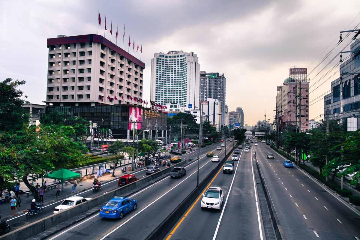 Вид на Бангкок с перехода на станцию Сатиссан.