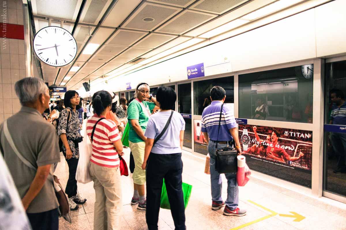 При входе в метро всегда стоят металлоискатели и человек, который должен проверить ваш багаж, если искатель сработал. Чтобы зайти в вагон, нужно у входа встать в очередь. Упасть на пути в метро Бангкока невозможно, так как они полностью закрыты.