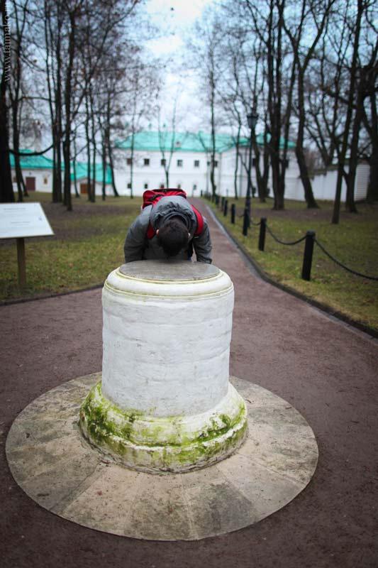 """Столб находился у главного фасада несохранившегося дворца Алексея Михайловича. По преданию, на столб клали """"челобитные"""" - просьбы и жалобы царю. На нём размещались царские указы. Позже на столбе были установлены солнечные часы."""