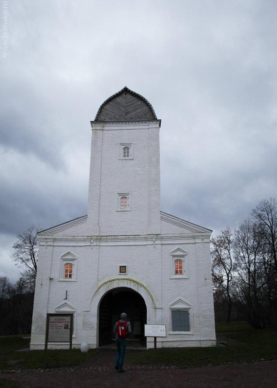 Водовзводная башня, вторая половина 17в. Уникальное инженерное сооружение. Башня обеспечивала подачу воды на Государев двор. В нижнем ярусе - ворота, которые вели в Вознесенский сад и село Дьяково.