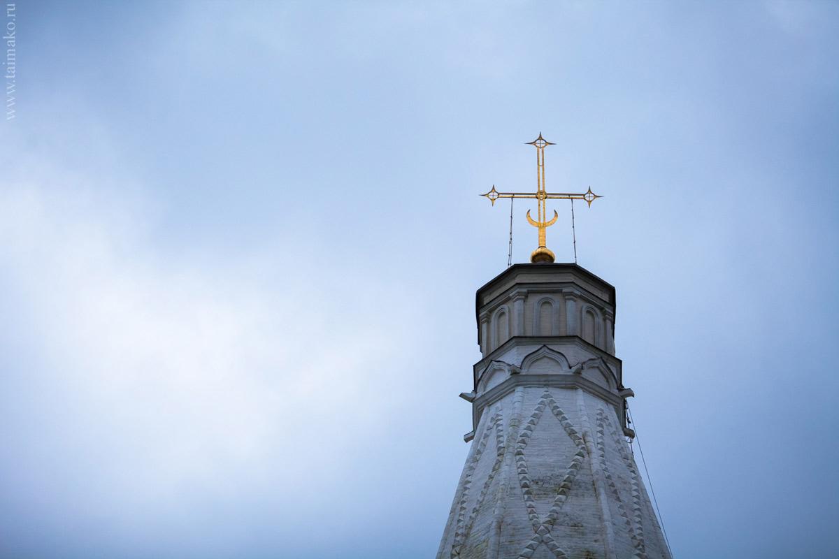 Крест Церкви Вознесения Господня. Уже уходя, в сгущающихся сумерках.
