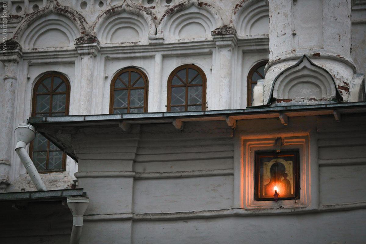 Здесь находится чтимая Казанская Икона божьей Матери XVIIв, очень чтимая и почитаемая. Икона после пожара в Казани в 1579г. во сне приснилась 9-летней Матроне, которой Богородица велела откопать икону. Затем совершались различные чудеса.