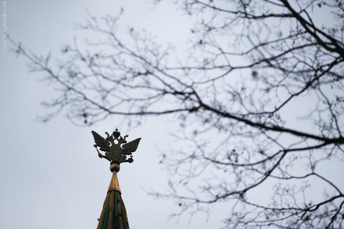 Двуглавый орёл на передних воротах Государева двора в Коломенском был восстановлен в 1994 году на авиационном заводе Микояна.