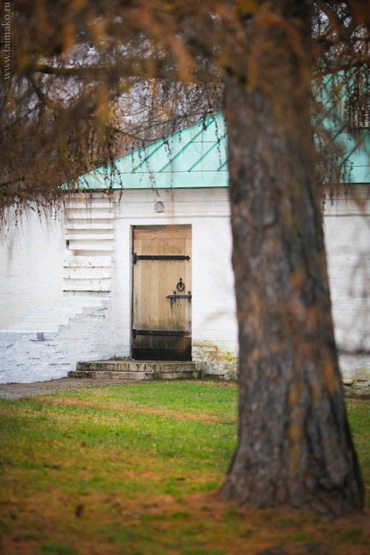 А также продолжала вдохновляться запертыми на засов дверьми и исторической атмосферой этого места.