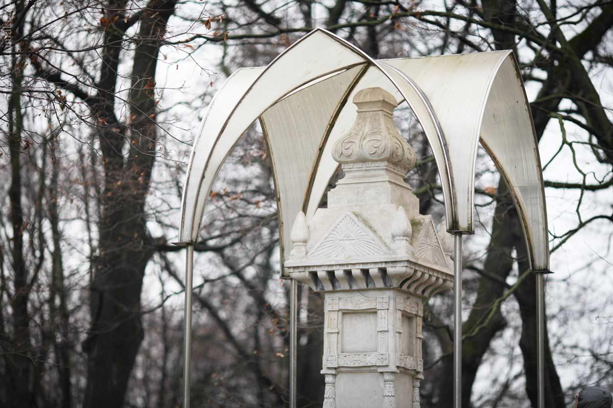 Памятник привезен на территорию Коломенского, раньше он стоял в селе Шайдорово. Согласно архивам, белокаменный столб воздвигли крестьяне на свои средства после смерти Александра II в 1881 г. и вероятно был украшен иконами и надписями, которые не сохранились.