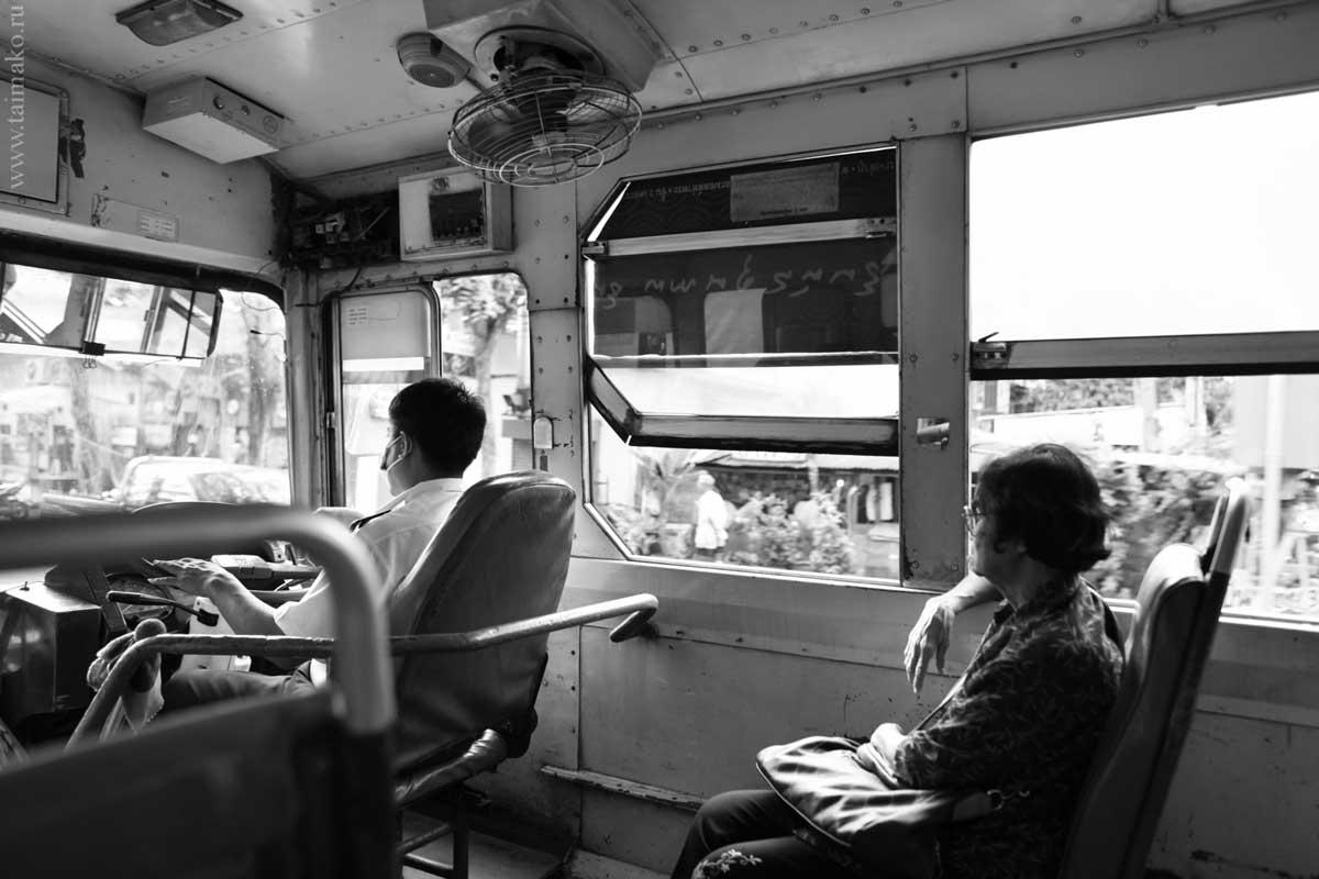 Автобус очень сильно по степени изношенности и тарахтению напоминает наши старенькие 8-й, 24-й, на которых я активно ездила в университет в 2002 году. Ощущения те же, навевающие романтику: как в консервной банке.