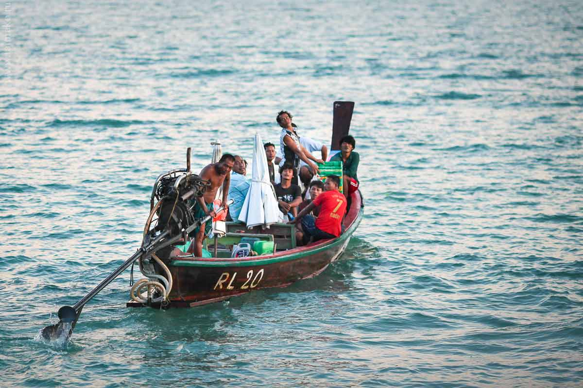 Помахали вслед уплывающей лодке.